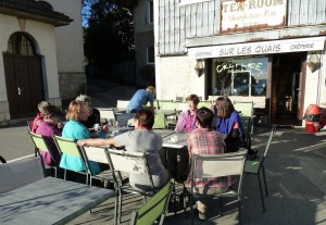 Kurze Rast beim Café vor der Zugfahrt