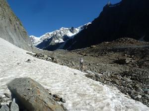 Hüttenweg über einen mit Schutt bedeckten Gletscher