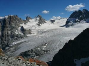 Der Gipfel, leicht links der Bildmitte. Der Aufstieg führt über den geneigten Gletscher hinauf.